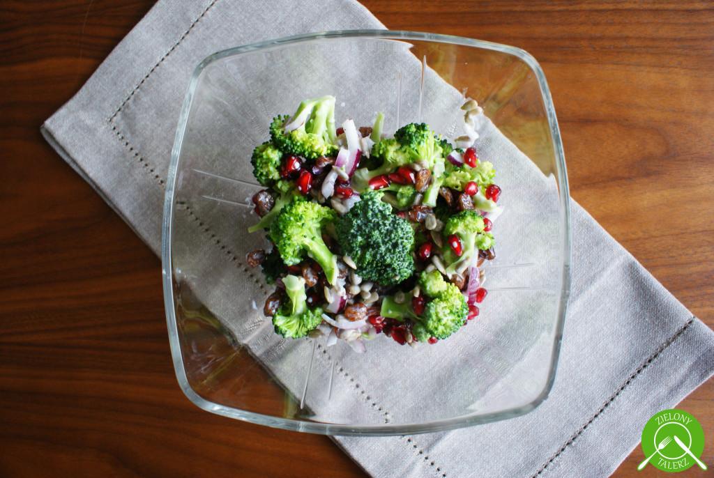 Kolorowa sałatka z brokułów