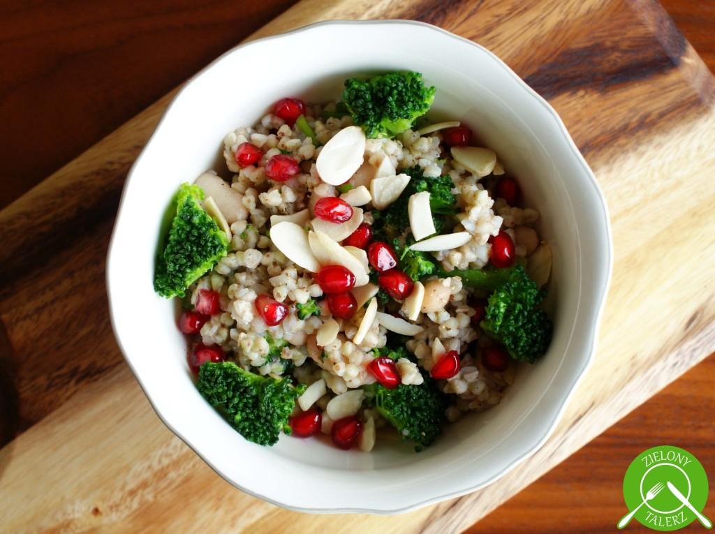sałatka z kaszą i brokułami