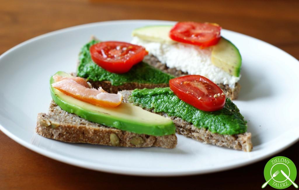 kanapki z zieloną pastą